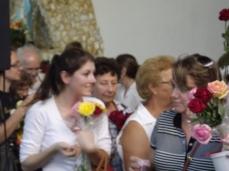 Muitas pessoas levam rosas para serem abençoada por Nossa Senhora, e ao final é distribuído o mel que brota das rosas adornam a imagem de Nossa Senhora e o andor.